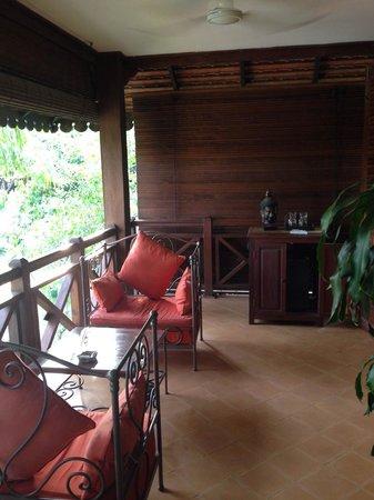 La Palmeraie d'Angkor : Balcony seating area