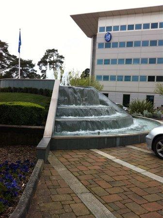 Arora Hotel Gatwick / Crawley: Fountain outside entrance