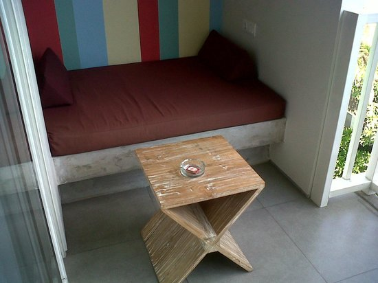 Bliss Surfer Hotel: balkon dengan sofa yang nyaman