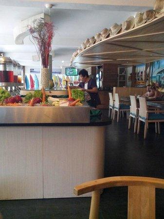 Bliss Surfer Hotel: restoran dengan desain tropical