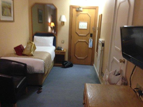 Best Western Burns Hotel Kensington : Мой одноместный номер: кровать, справа пресс для брюк, гардеробная