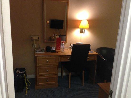Best Western Burns Hotel Kensington : Мой одноместный номер: рабочий стол с чайным набором