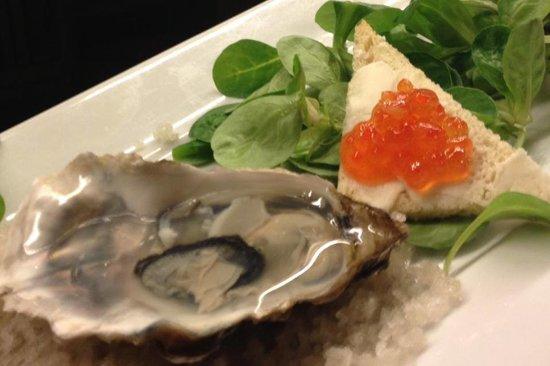 Macelleria Ristorante: Ostrica in gelatina di Vodka-Martini su sale grigio di Bretagna e uova di salmone