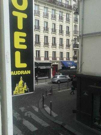 Hotel Audran: Room view overlooking Rue Audran 1