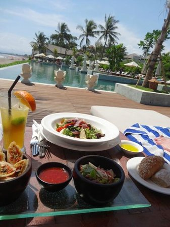 The Seminyak Beach Resort & Spa : Lunch at the pool