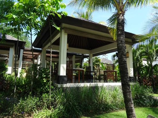 The Seminyak Beach Resort & Spa : Restaurant view from the garden