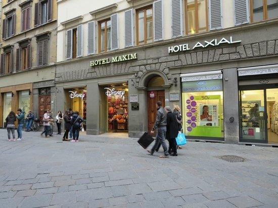 Hotel Axial: Hotel entry
