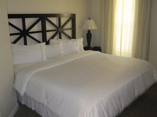 Sheraton Vistana Resort - Lake Buena Vista : Comfy king sized bed