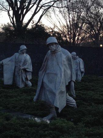 Monumento a los veteranos de la Guerra de Korea: Ghosts at sunset, so moving.