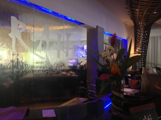 Riande Aeropuerto: Lobby Sushi Bar with water fall window
