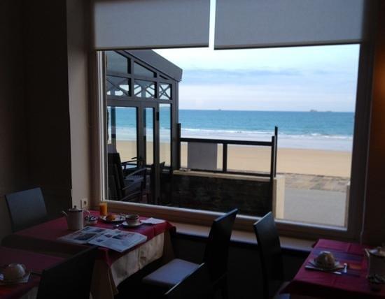 Hôtel Antinéa : Le petit dej' devant la mer, un peu d'iode dans votre café?