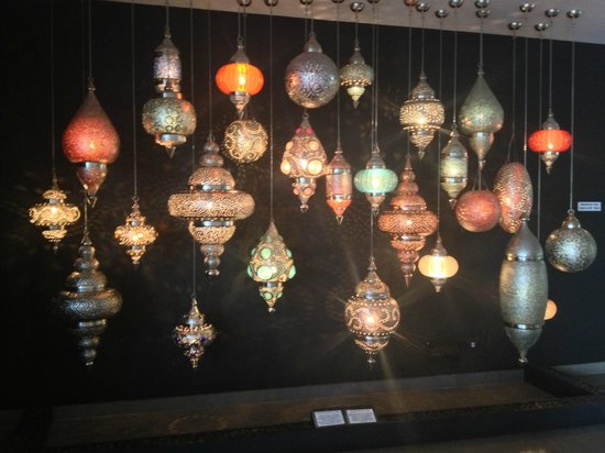 Riande Aeropuerto: Exquisite lanterns made in India, greets you in the lobby