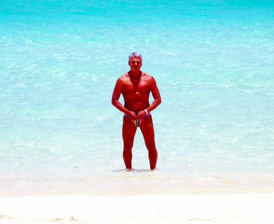 Sirena Beach: a sole pieno  la luce è accecante e i colori sembrano irreali