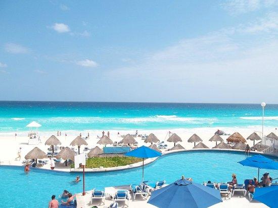 Golden Parnassus All Inclusive Resort & Spa Cancun : Beach from Buffet