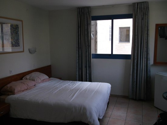Hotel Aviv: Bedroom was comfortable enough