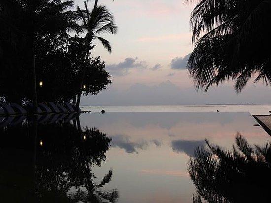 The Sun Siyam Iru Fushi Maldives : Reflections infinity pool and bar.