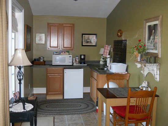 Piney Hill Bed & Breakfast: Rosebud Cottage Kitchenette