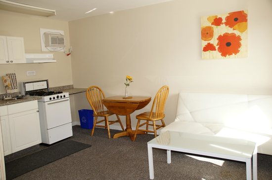 Crescent Motel: Room with Queen Bed & Kitchen