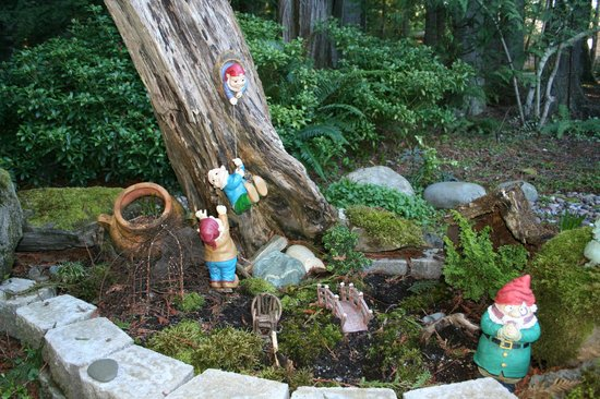 Sea Cliff Gardens Bed & Breakfast: Sea Cliff Garden gnomes