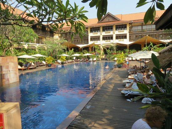 Victoria Angkor Resort & Spa : pool and garden in the atrium