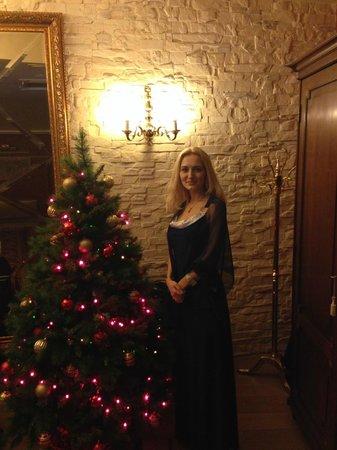 Ramada Hotel & Suites Vilnius: Живая елочка в зале,где накрывали новогодний ужин