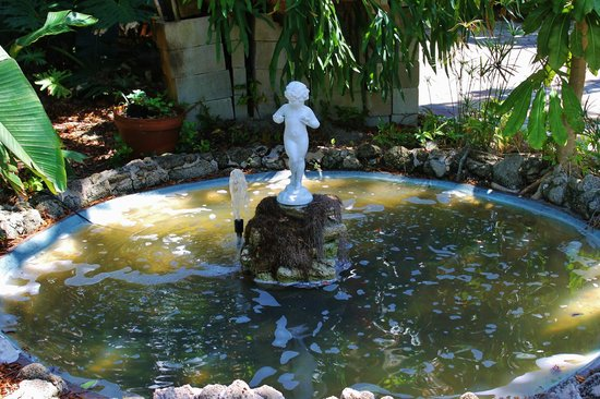 Historic Rossetter House  Museum and Gardens: Pool with statue