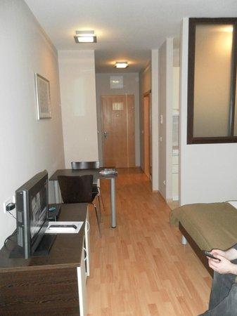 Berkeley Hotel & Day Spa: Studio apartment, first floor.