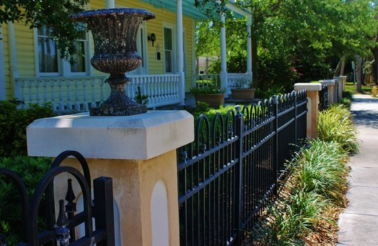 Historic Rossetter House  Museum and Gardens: Beautiful ironwork fence
