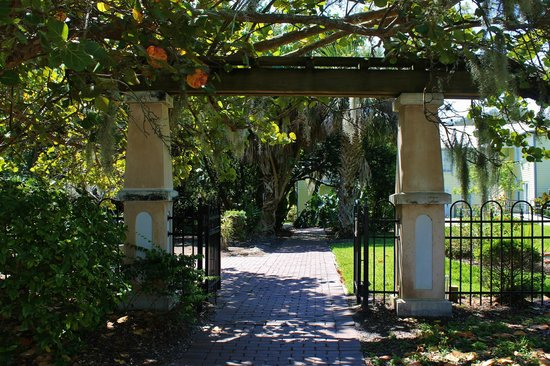 Historic Rossetter House  Museum and Gardens: Entrance from the small parking area