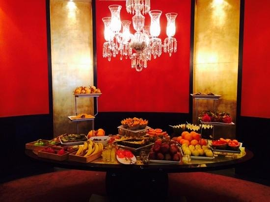 Sofitel Lisbon Liberdade: Desjejum delicioso com grande variedade de frutas,
