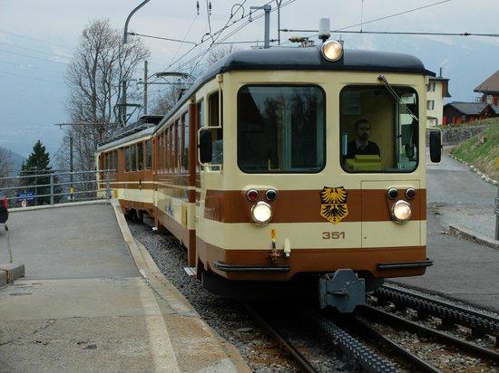 Hotel Central Residence : Train en gare de Leysin