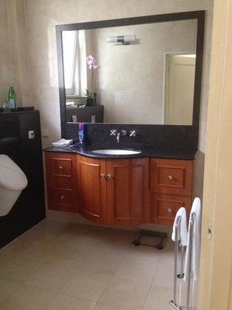 Le Quartier Sonang : Modern Bathroom