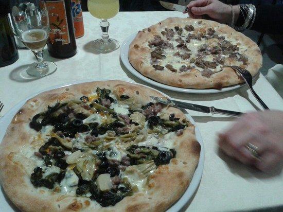La Pratina: Pizza con scarola scamorza affumicata e salsiccia. Ottima!