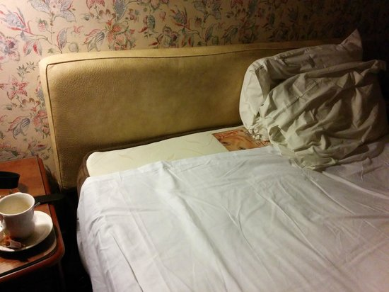 Ambassador Hotel: Ill fitting bottom sheet & grubby headboard