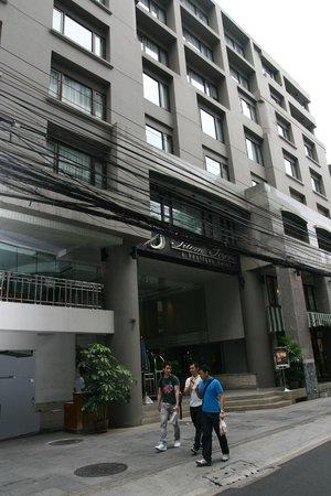 Silom Serene: Отель снаружи