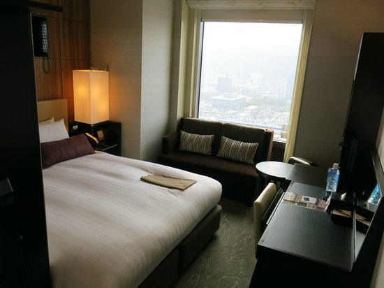 Solaria Nishitetsu hotel Kagoshima: Bed / couch / desk