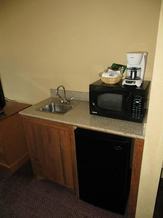 Comfort Inn & Suites : Sink, fridge, microwave, coffee pot room #300