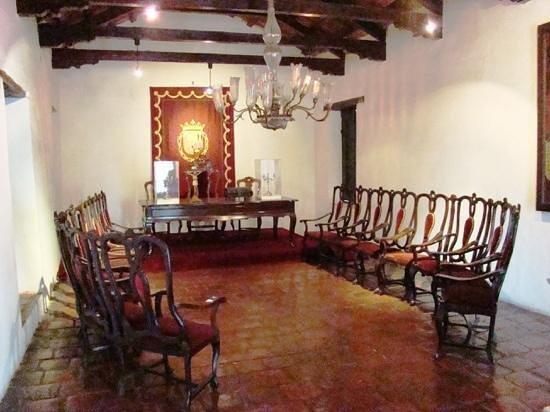Salta Cabildo: Sala Capitular con sillones encadenados.