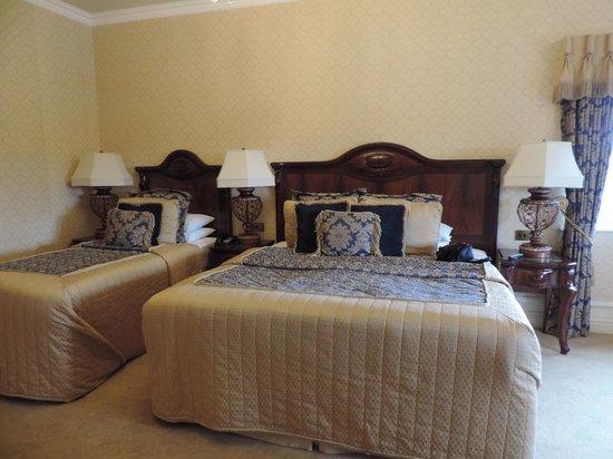 Kilronan Castle Hotel & Spa: Large L shaped room