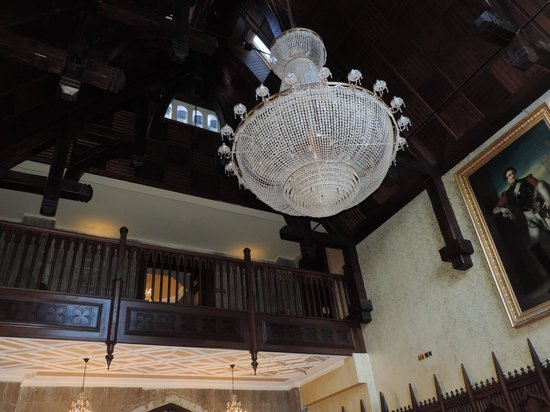 Kilronan Castle Estate & Spa: Chandelier at front desk area