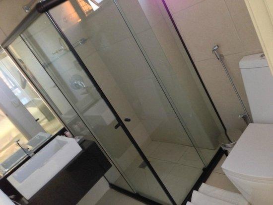Meridiano Hotel: Banheiro (cada quarto tem um formato)