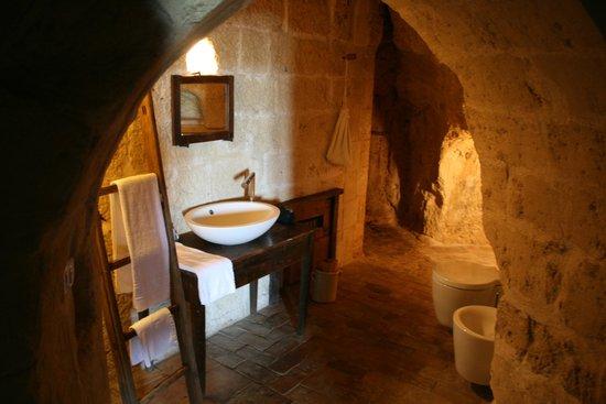 Sextantio Le Grotte della Civita: Bathroom in the cave