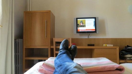 Voramar Hotel: View of TV from the bed!