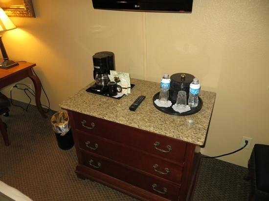 O'Brien Historic Hotel, an Ascend Collection Hotel: Coffee pot, ice bucket & two free bottles of water
