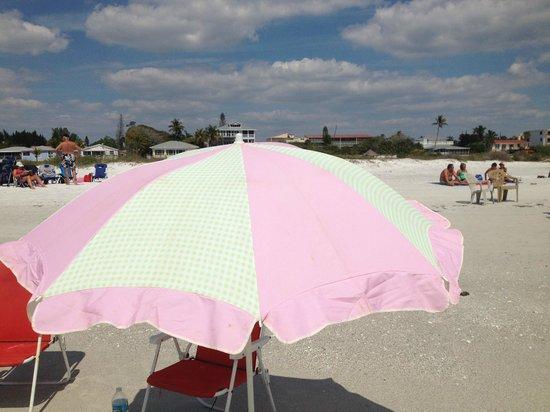 Flamingo Inn: Beach umbrella