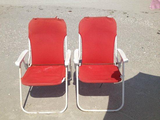 Flamingo Inn : Beach chairs
