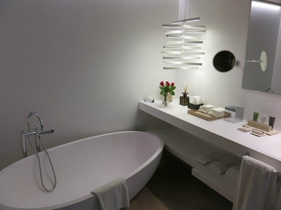 Mercer Hotel Barcelona : Bathroom - separate shower also