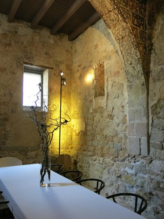 Mercer Hotel Barcelona: Meeting room incorporating the old Roman wall