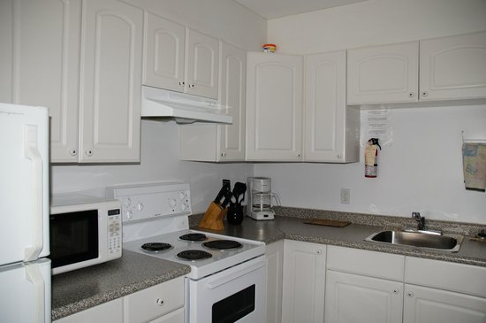 Crescent Motel: 2 Bedroom Suite - Kitchen