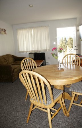 Crescent Motel : 2 Bedroom Suite - Living/Dining Area